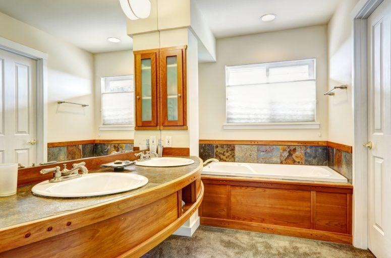 badrum med träinslag