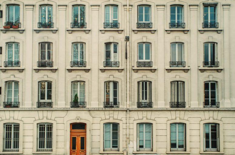 Många fönster på husfasad